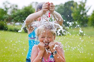 Jeux avec de l'eau et activités aquatiques pour colo, camp, classe de mer
